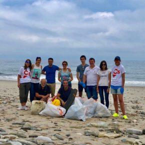 Jóvenes Cs realiza un acto de sensibilización ambiental contribuyendo a la limpieza de la playa de Arealonga