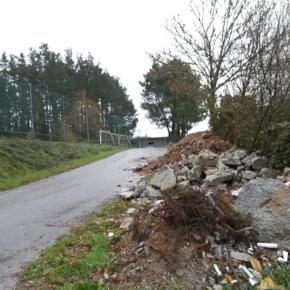 Ciudadanos Oroso denuncia la presencia de escombros frente a la entrada del campo de futbol da Penela y solicita su retirada al Ayuntamiento