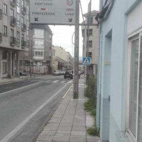 Ciudadanos Lalín pide la supresión de las barreras verticales que dificultan el tránsito por la acera en el entorno del CEIP Xesús Golmar