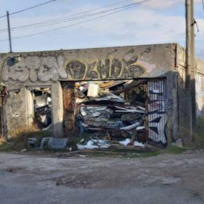 """M. Martínez: """"Reclamamos medidas ante la lamentable imagen que dan las naves con chatarra del entorno de la Torre"""""""